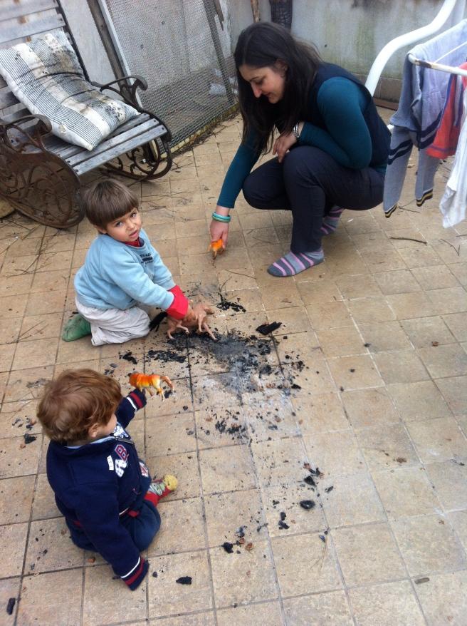 Claudia letting the children make a mess. Caballo!!!